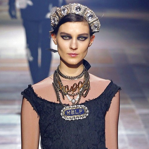 Alber Elbaz höstkollektion 2013 handlar bland annat om härliga smycken.