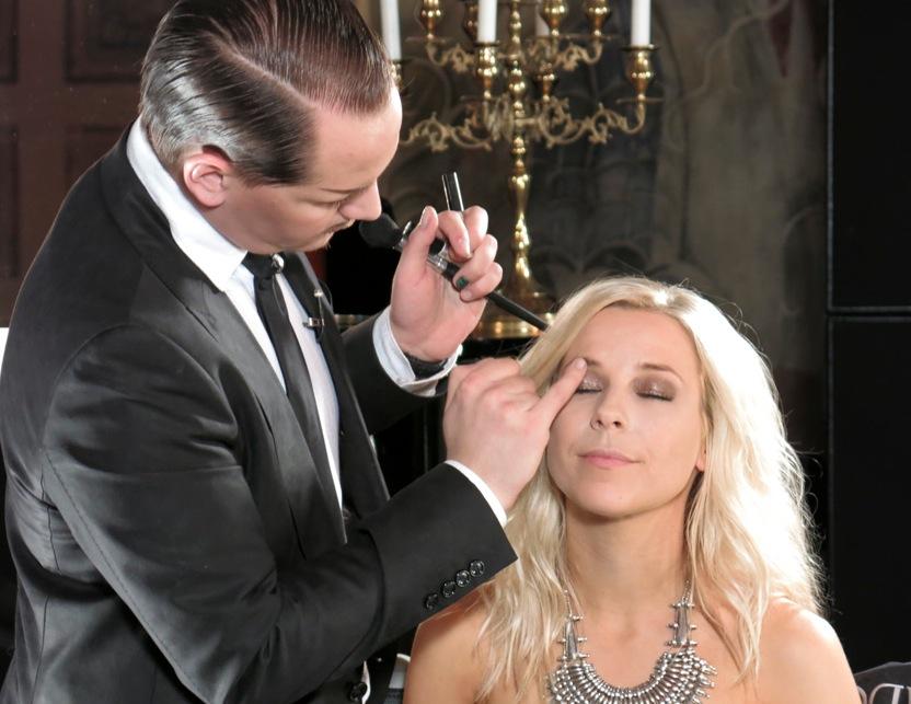 Krista Siegfrid blir sminkad av Stephan Ulvund Øien  Foto Agneta Elmegård