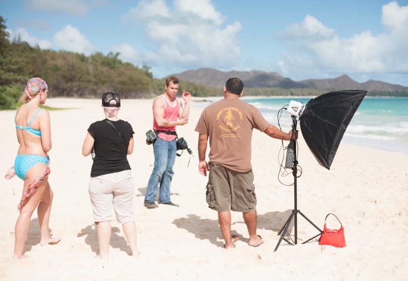 Hela fototeamet överlägger bikiniplåtningen på Waimanalo.