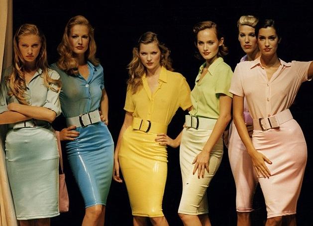 Kate Moss i mitten, som 21 åring Versace Istante Versus Spring Summer 1995 show in Milan, Fotokredd: Daily Mail