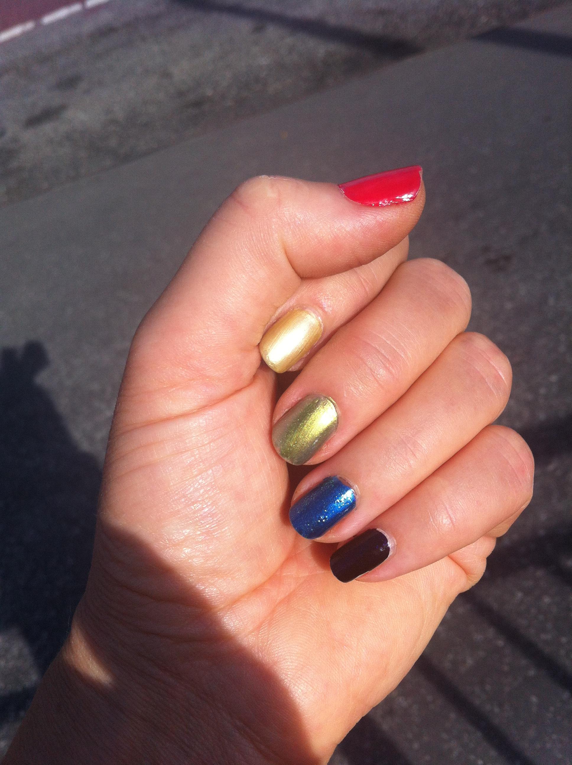 För att visa vårt stöd för Emma Green Tregaro så har jag målat naglarna i regnbågens färger.