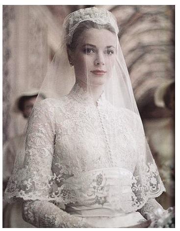 Grace Kelly som hon såg ut på bröllopet med Furst Rainer 1956. Gissar att Fleurissimodoften låg tung i kyrkan…   Foto: Fragrantica.net