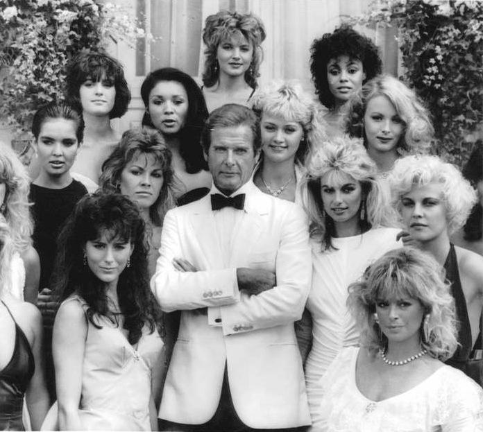 """James Bond (Roger Morre) omgiven av en massa Bondbrudar i filmen """"Levande måltavla"""""""