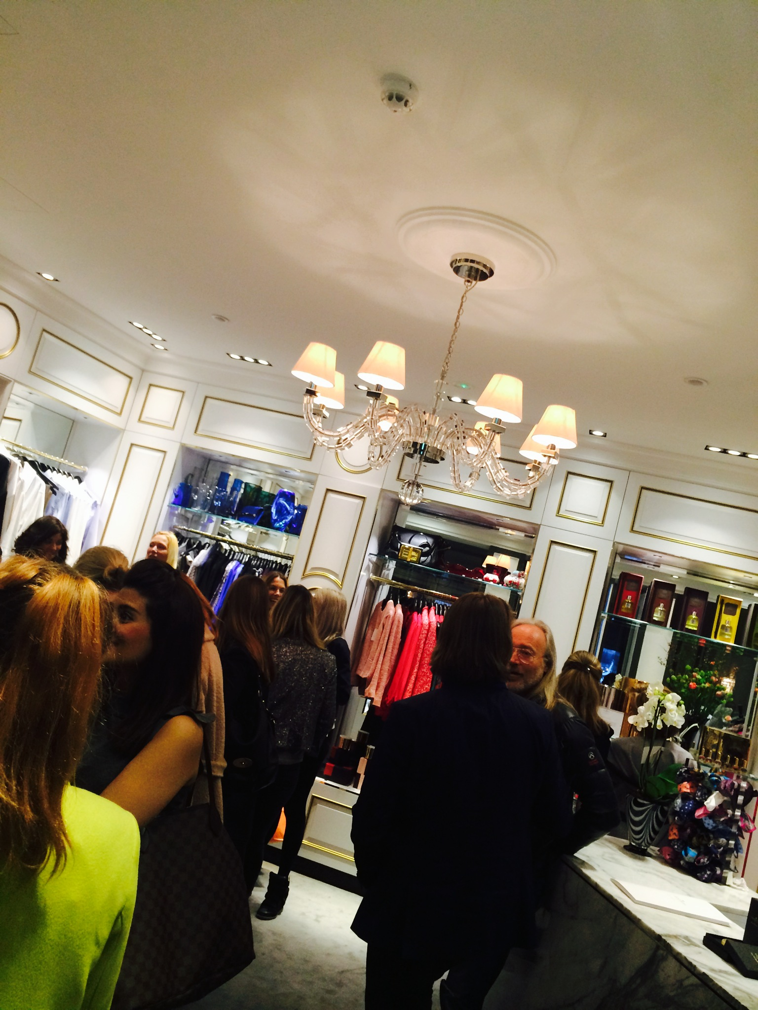 Grands nya butik Grand Affection har noga utvald one-piece kläder och selektiva designguldkorn Öppet 07.00 - 23.00 alla dagar