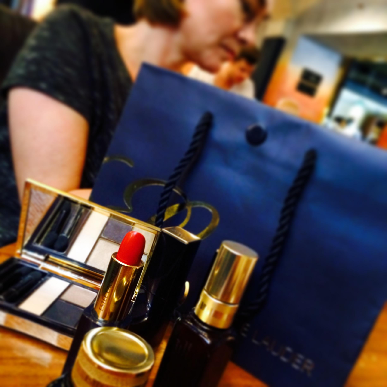Estée Lauder har uppdaterat sina förpackningar med klickfunktion så att de inte dräller runt i handväskan
