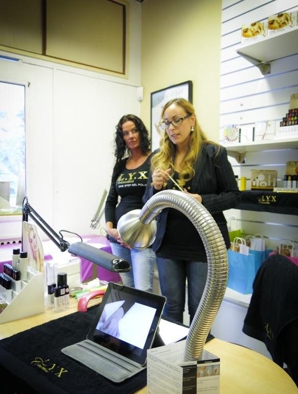 Nagelterapeuterna Tanja och Nadja ligger bakom de nya lackerna