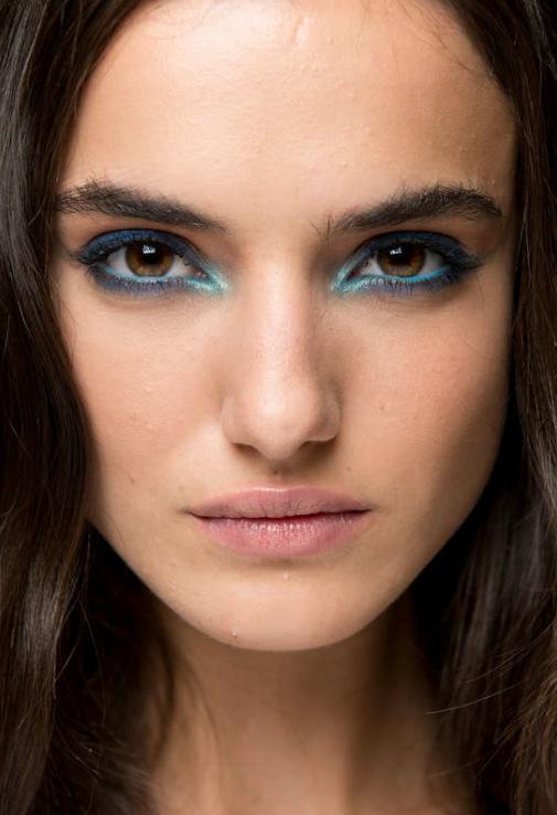 Modellerna på Elie Saabs visning hade stark turkos eyeliner i sin makeup. Foto: Getty Images