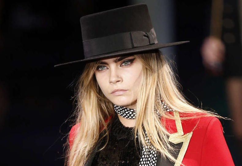 Cara Delevingne i utdragen eyeliner på Yves Saint Laurents visning i PAris. Spring 2015.