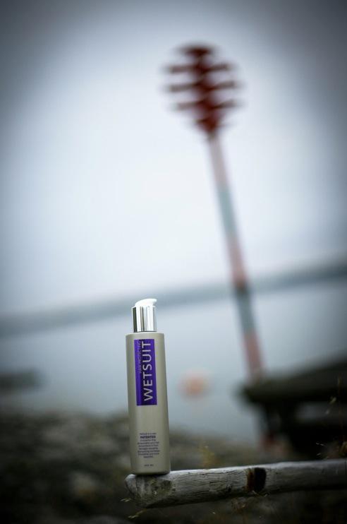 Svenska uppfinningen Wetsuit räddar håret från friss och avfärgning på längderna