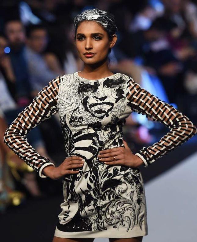 Lekful elegans på designern Huma Adnans visning i Karachis modevecka