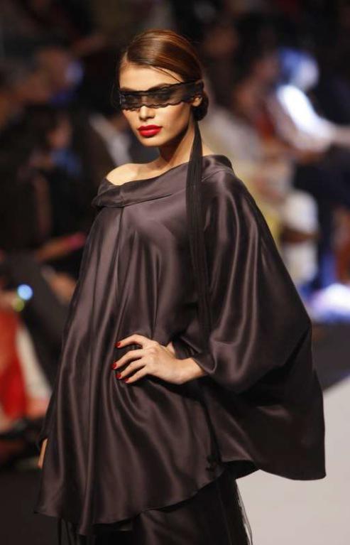 En av Pakistans toppdesigners heter Maheen Kahn. Lägg på minnet! Foto :AP/TT