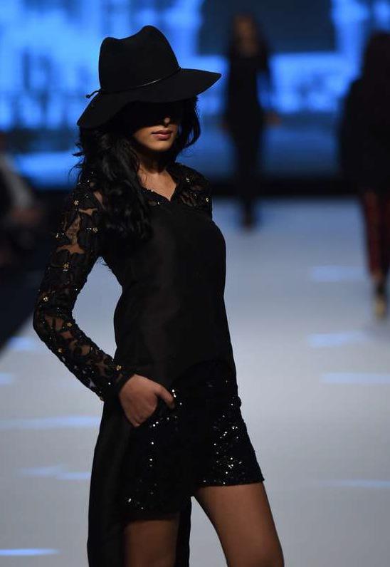 Maheen Karims modeller visade upp svart spets och korta shorts med James Bond-vibbar