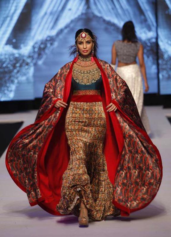 Folkloristiskt på visningen av pakistanske designern Hama Adnani