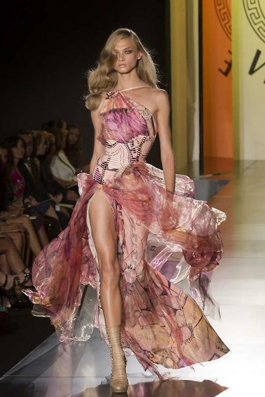 Versace känns igen på sin färgglada och lekfulla design.