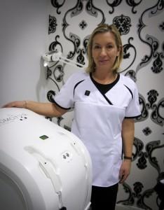 Cerys Millington från England är i Sverige för att utbilda hudterapeuter i Comcitmaskinen