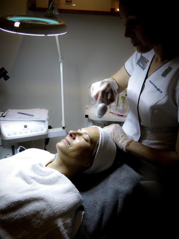 Efter behandlingen svalkar Hanna huden med en fläkt.