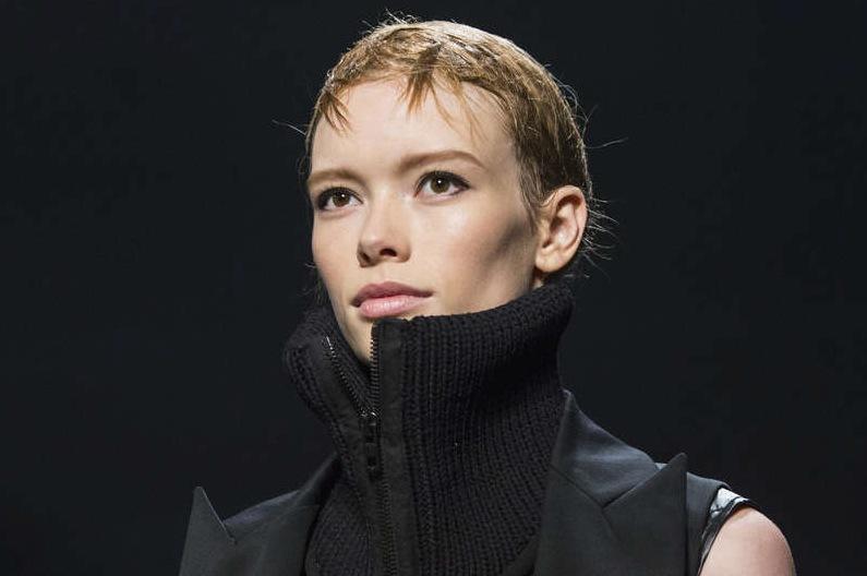 Definierade ögon och No makeup-trenden fick ett ansikte på  visning: Källa TT Reuters