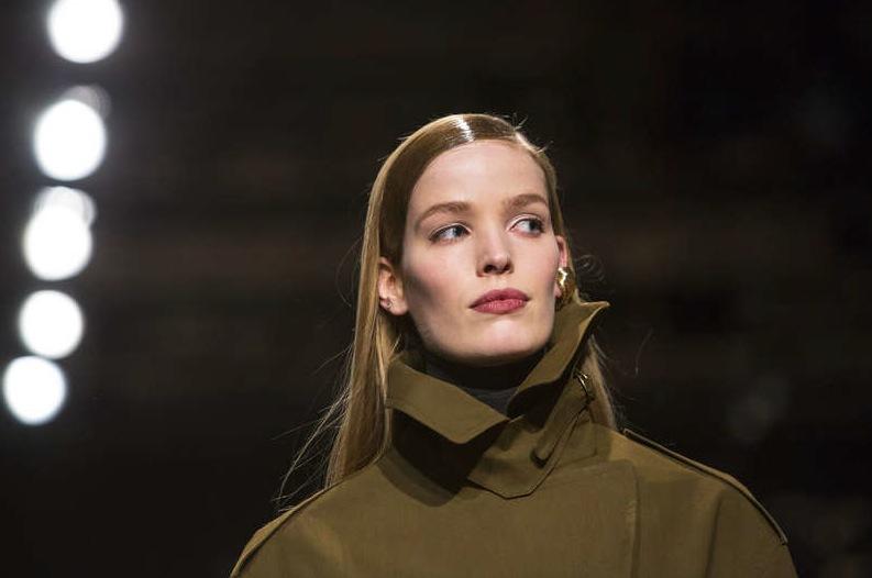 Slickat hår och fokus på neutrala läppar hos Donna Karan Källa: TT Reuters
