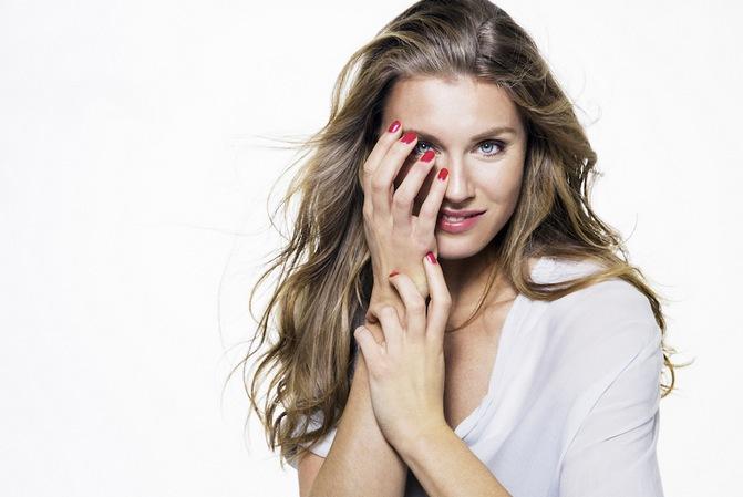 Emma Gren väcte rabalder med sina regnbågsfärgade naglar under VM för två år sedan.