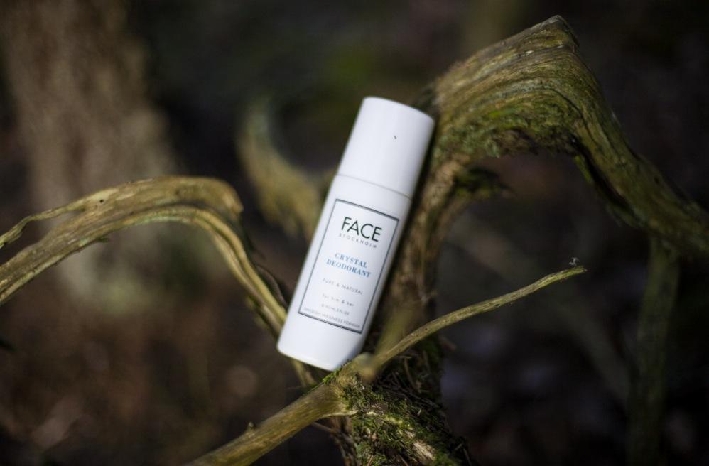Svenska Face Stockholm har nyligen lanserat en deo som blev så populär att den sålde slut i webbshopen på ett kick. Doftar noll, så den funkar bra med parfymen. Håller bra kristallerna i flaskan ska vara där om ni undrar! Crystal Deo kostar 135 kr.