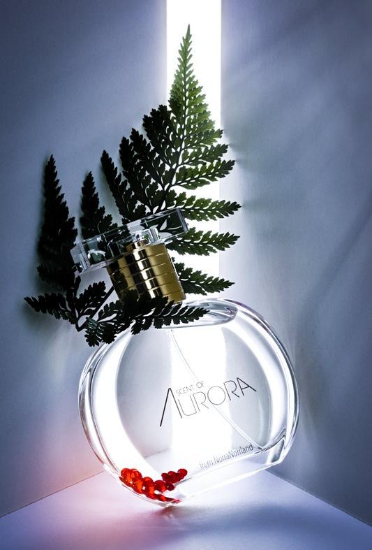 Svenska nischdoften scent of Aurora kommer i en vacker rund flacon som påminner om midnattsolen