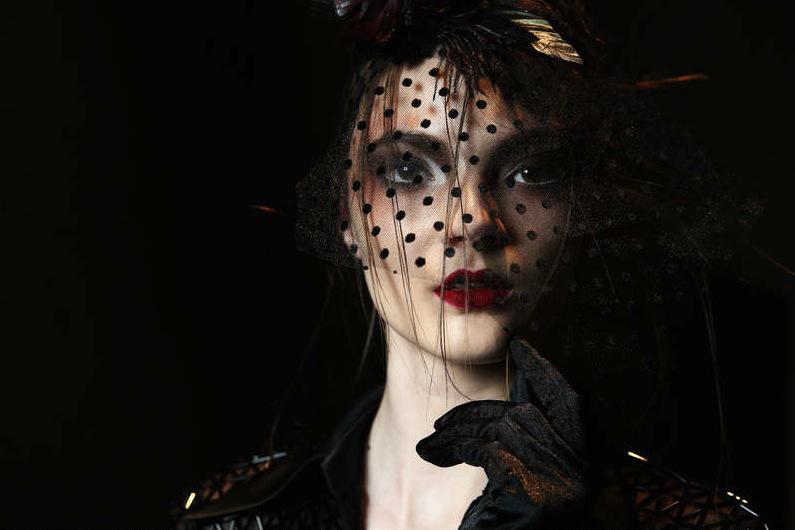 En känsla från seklets början. Hakan Akkayas modeller visade upp en dramatisk make up i vinrött och definierade ögon. Foto: Getty Images