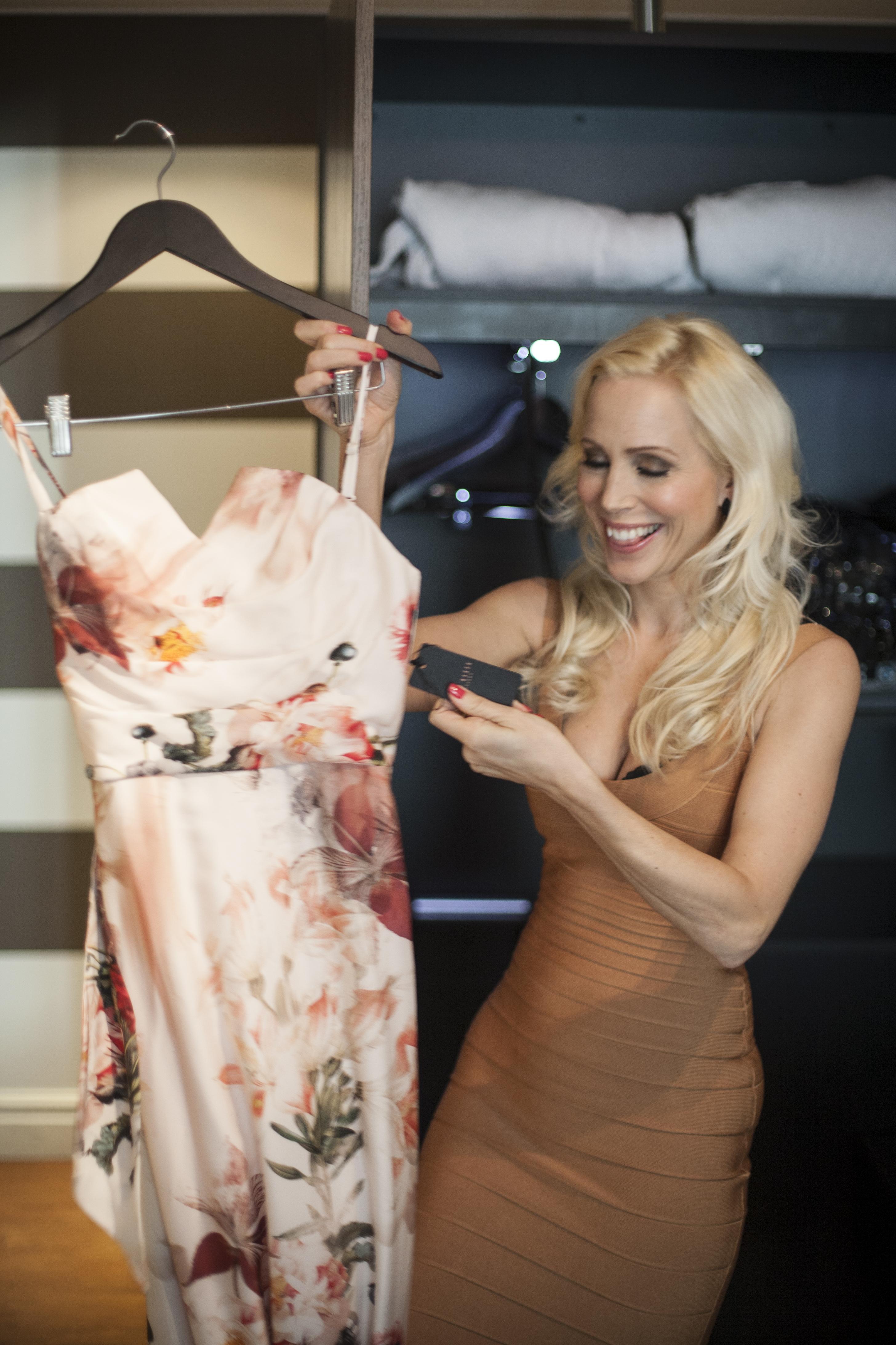 """Priset spelar ingen roll för Caroline. Hon har sålt fastigheter för 11 miljarder och kallas för """"Million dollar lady"""" i USA."""