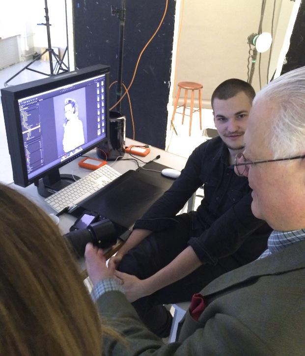 Läkaren Claes Britton samtaklar med fotografen Patrik Andersson under kampanjplåtningen för nya Jabushe