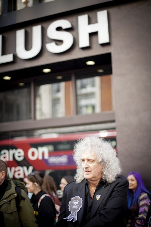 Brian May, legendarisk gittarist i Queen var en de som invigde den nya Lushbutiken i London