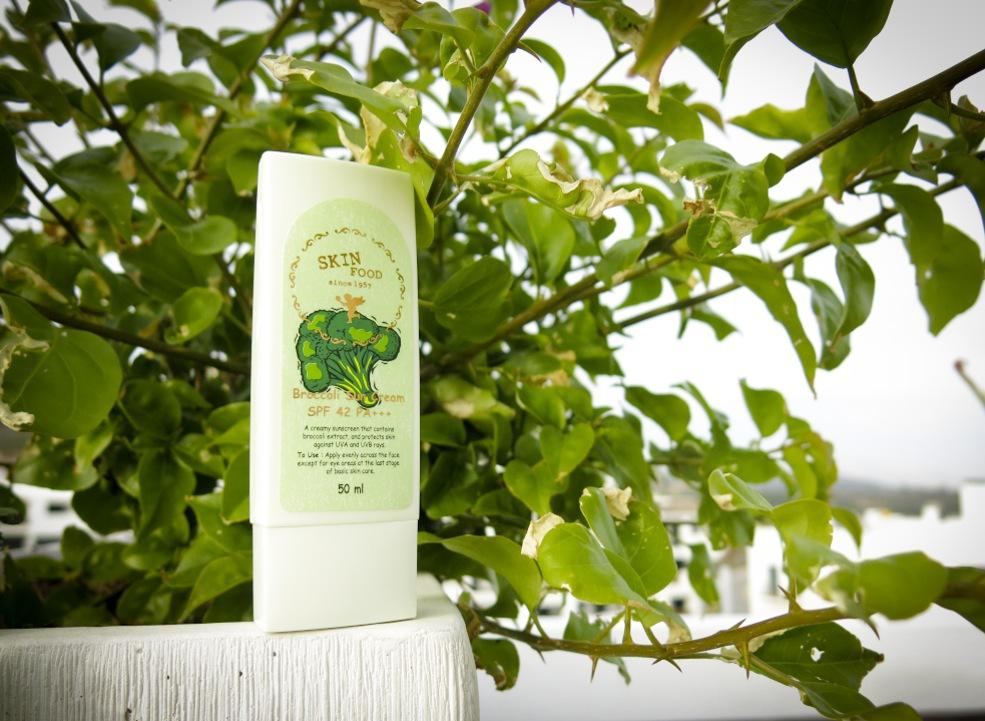Broccoli innehåller ämnet sulforafan som i undersökningar visat sig skydda cellerna som utsätts för UV-ljus