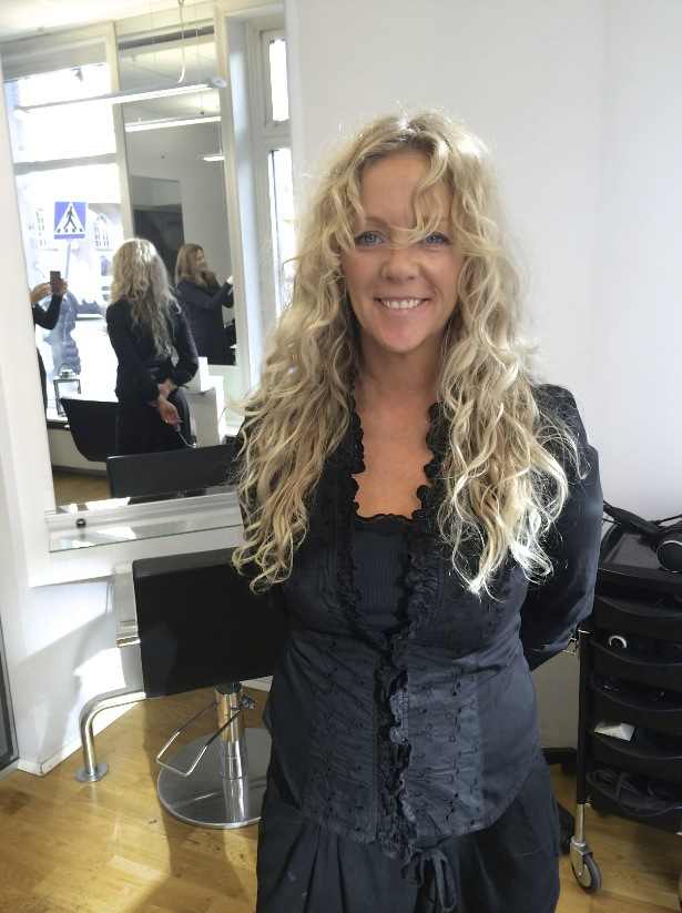 Frisören Carolin Jäderblom berättar att hon var skeptisk till pOlaplex innan hon testat det, men blir mer och mer övertygad om effekterna som behandlingen gör för att bygga upp och stärka håret.