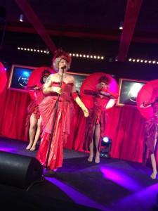 Burlesquetemat på scenen drog ner applåder.