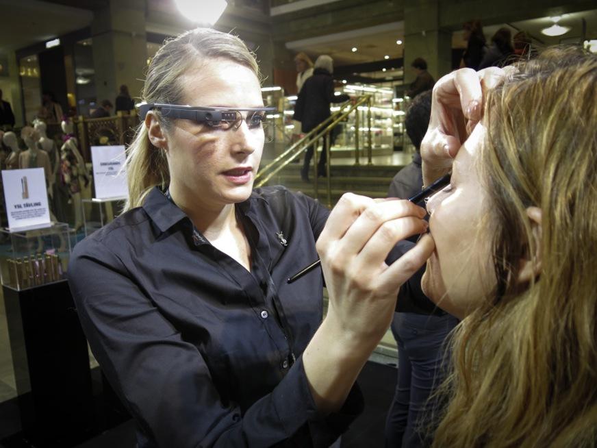 YSL:s makeupartist Susanna Bladh filmar min makeup med Googleglasögon.