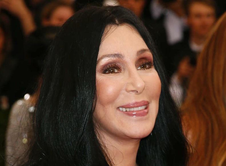 Cher var bländande vacker i sin glittrande ögonmejk och lågmälda läppstift. Bild från Reuters