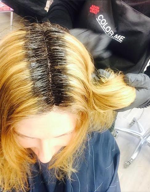Först läggs färgen i benan. Appliceringsfärgen är inte den som håret får som slutresultat tack och lov!