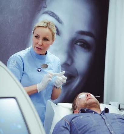 Undersköterskan Maria  på kliniken Stockholm Medicus jobbar med Yag laser för tat ta bort oönskade tatueringar