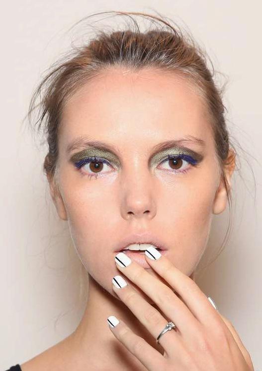 Marissa Webb visade upp grafiska naglar och metallisk tolkning av 90-talet på ögonlocken. Foto: Getty