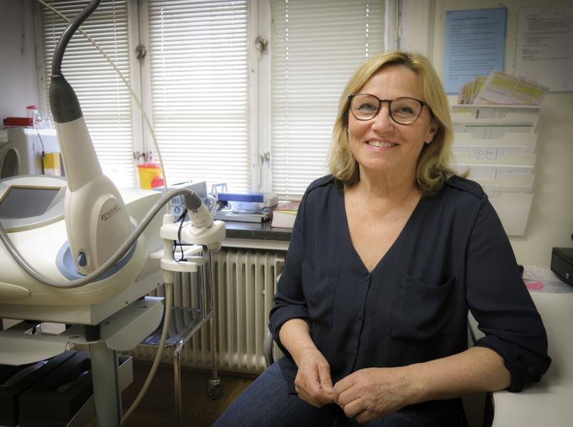 Karin Oja Julander klinikföreståndare på Eriksbergskliniken i Stockholm behandlar med Coolsculpting.