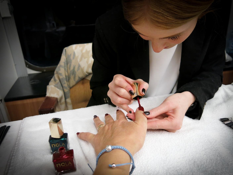 Louise Lindström i NCLA:s nagellacksmonter lade kvällens festmanikyr.