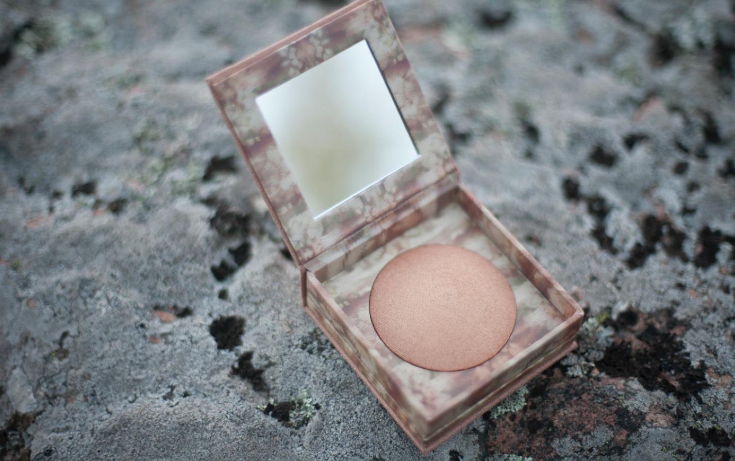 Urban Decays Naked Illuminated shimmering powder är ugnsbakade i 22 timmar. Kan användas både torr och lätt fuktad.