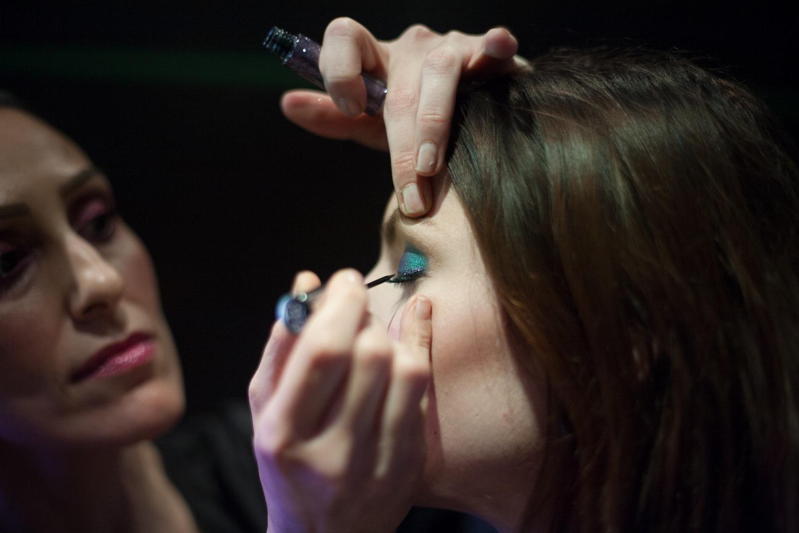 Molina Shahin, makeupartist för svenska Urban Decay gör makeupen på Viola under Daisy Beautys skönhetskonferens på Hotell One Aldwych i London