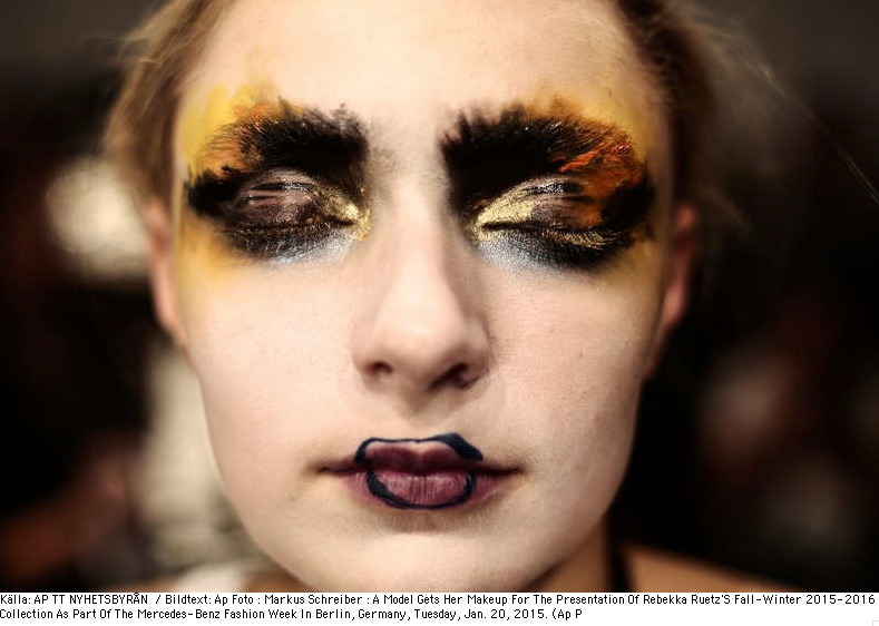 Var om inte på Berlins fashion Week 2015 så vi avantgardistisk makeup. Bild från TT