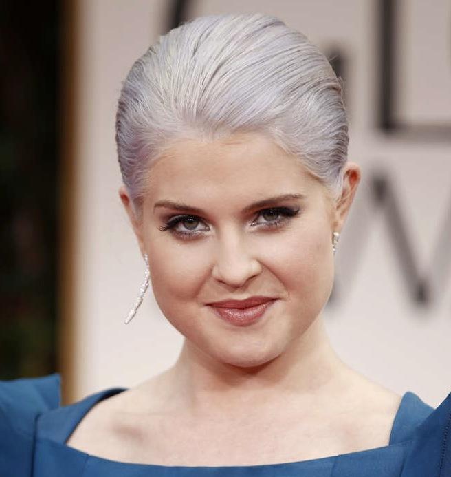 """Kelly Osbourne anlände till den 69onde """"Annual Golden Globe Awards i Los Angeles"""" med grått hår."""