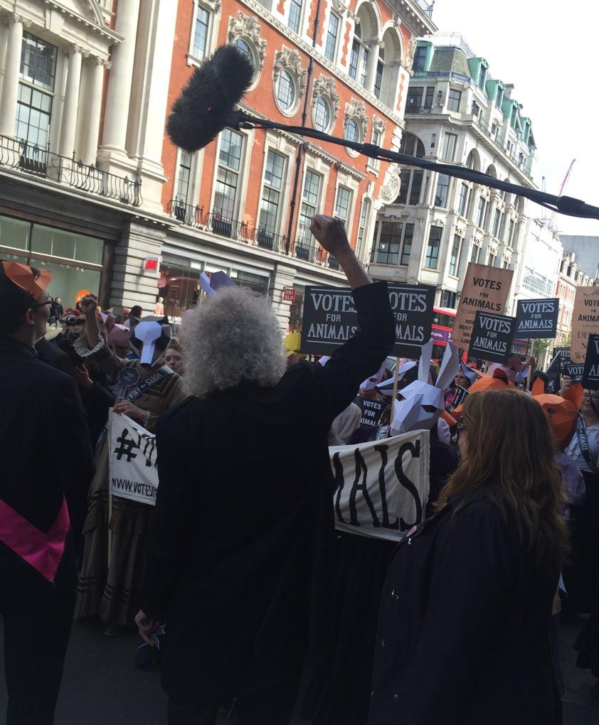 Gitarristen i Queen, Brian May är en välkänd profil i kampen mot djurförsök. Här gick han i fronten till Lushs tysta marsch i London för att ge ljus åt djurförsök som tyvärr fortfarande är ett problem i världen speciellt i Kina.
