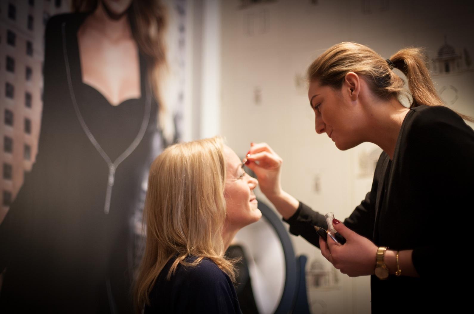 Yvonne Gull blir sminkad i Maybelline New Yorks sminkloge med senaste nudepaletten