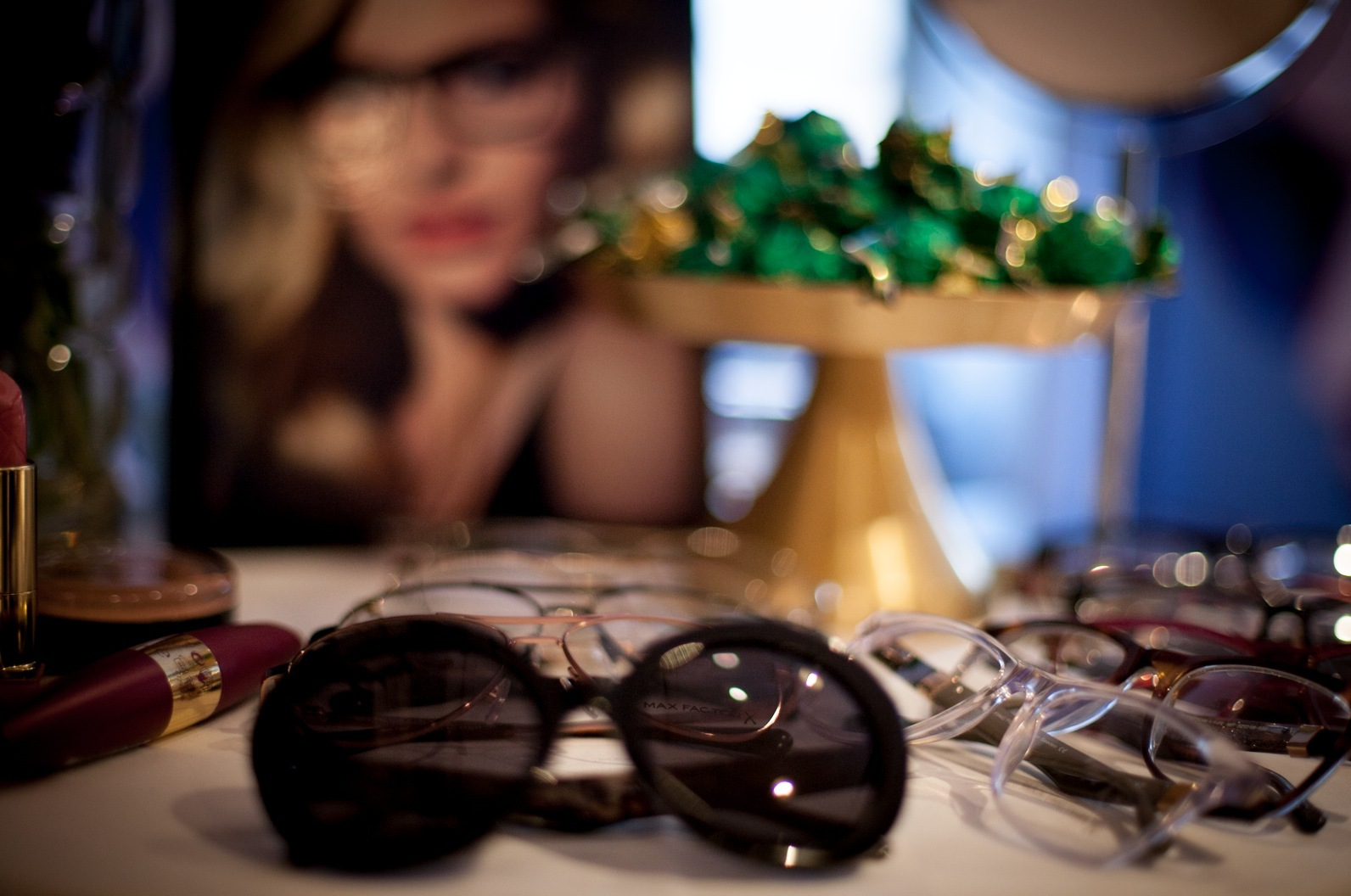 Max Faxtor har tagit hjälp av svenska designers för att ta fram en unik glasögonkollektion som lanseras i hela världen. Hur coolt är inte det? Kolla in Jackie Onassis -solglajjorna längs fram. Wiii!