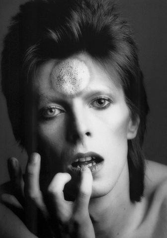 David Bowie var en av de första artisterna som kom att bryta ner de könsbundna idealen. Och han älskade att sminka sig.