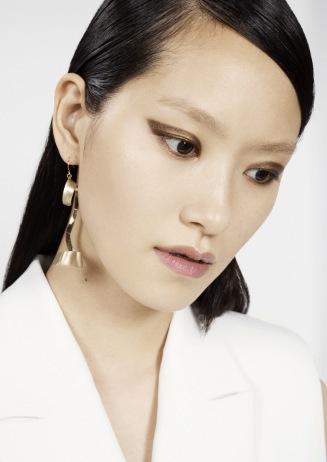 Bronsfärgad pigmentrik ögonskugga formad som en utdragen eyeliner. Snyggt