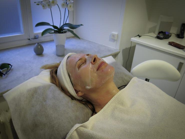 Efter nålbehandlingen får man ligga med en lugnande mask indränkt i hyaluronsyra,