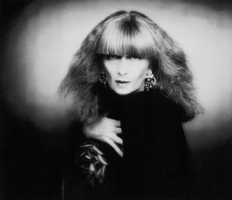 Sonia Rykiel startade sitt modehus 1962. Och hon blev snabbt känd för sina stickade kläder ofta i randigt utförande.